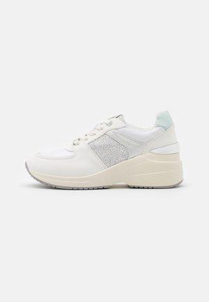 AMBY - Sneakersy niskie - glare blanco