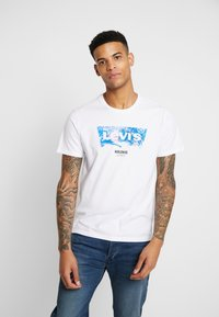 Levi's® - T-shirt z nadrukiem - world white - 0