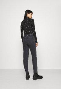 Calvin Klein Jeans - MOM - Zúžené džíny - denim black - 2