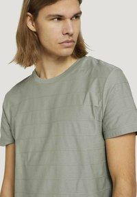 TOM TAILOR DENIM - T-shirt basique - greyish shadow olive - 3