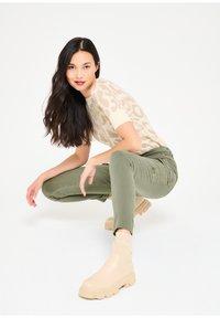 LolaLiza - Slim fit jeans - khaki - 1