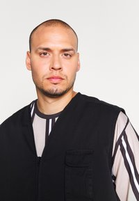Another Influence - ANOTHER INFLUENCE PLUS UTILITY VEST  - Liivi - black - 3