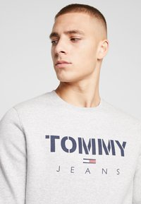 Tommy Jeans - NOVEL LOGO CREW - Sweatshirt - light grey heatherr - 3