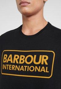Barbour International - ESSENTIAL LARGE LOGO TEE - Triko spotiskem - black - 5