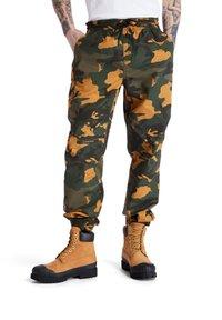 Timberland - YC CAMO UTILITY  - Spodnie treningowe - duffel bag/wheat boot house camo - 0