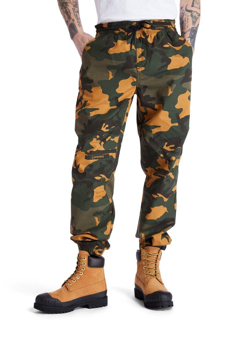 Timberland - YC CAMO UTILITY  - Spodnie treningowe - duffel bag/wheat boot house camo