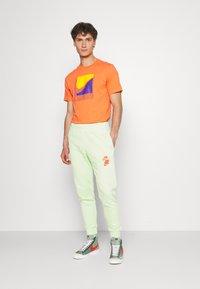 Nike Sportswear - TEE BRANDRIFF BOX - T-shirt imprimé - turf orange - 1
