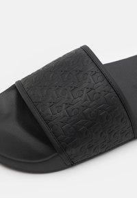 Calvin Klein Jeans - SLIDE EMBOSSED  - Pantofle - black - 5