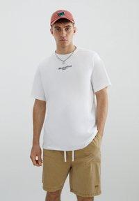 PULL&BEAR - MIT SLOGAN UND STRANDMOTIV - Print T-shirt - white - 0