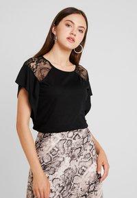 Vero Moda - VMKASANDRA  - T-shirt imprimé - black - 0