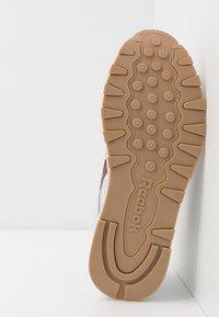Reebok Classic - Sneakersy niskie - porcelain/merlot - 4