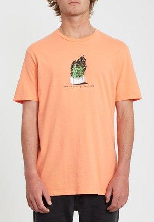 CINDER BLOCK LTW SS - Camiseta estampada - salmon