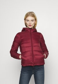 ONLY - ONLSANDIE QUILTED HOOD JACKET - Lett jakke - pomegranate - 0