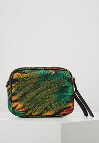 Versace Jeans Couture - JUNGLE PRINT CAMERA - Umhängetasche - multicoloured - 2
