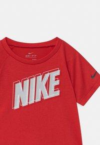 Nike Sportswear - RAGLAN SET  - Print T-shirt - habanero red/black - 3