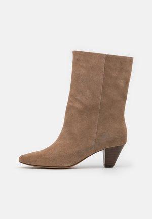GITA - Vysoká obuv - taupe