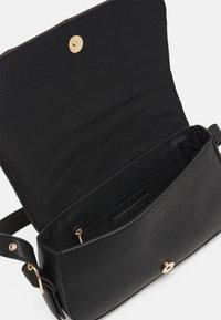 Who What Wear - HARPER - Across body bag - black - 2