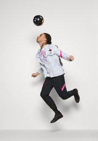 Nike Performance - PARIS ST GERMAIN DRY STRIKE TRACKSUIT SET - Fanartikel - pure platinum/black - 5