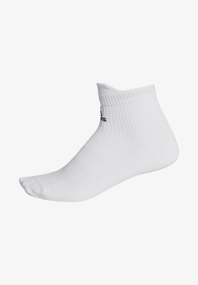 ALPHASKIN ULTRA LIGHT PRIMEGREEN ANKLE - Sports socks - white