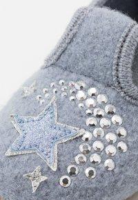Living Kitzbühel - T-MODELL EINHORN UND STERN - Domácí obuv - pearl blue - 2