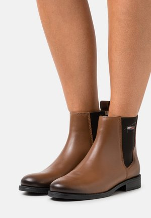 ESSENTIALS FLAT BOOT - Classic ankle boots - winter cognac