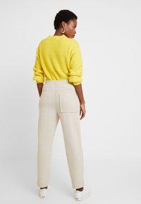 And Less - HAINA PANTS - Kalhoty - white alyssum - 2