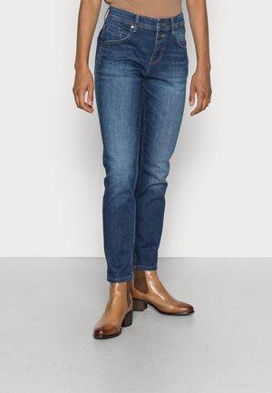 TROUSER MID WAIST BOYFRIEND FIT CROPPED LENGTH - Jean slim - cashmere dark blue wash