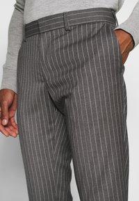 Isaac Dewhirst - BOLD STRIPE SUIT - Oblek - grey - 8