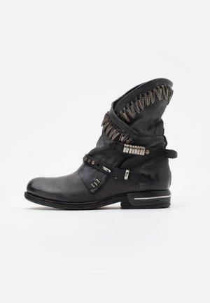 Kovbojské/motorkářské boty - smoke