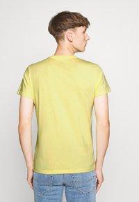 Lee - TWIN 2 PACK - T-shirt basic - navy/sunshine - 2