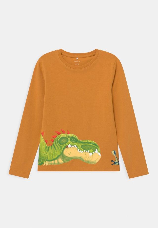 NMMGIGANTOSAURUS  - Langærmede T-shirts - spruce yellow