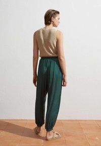 OYSHO - HAREM  - Pantaloni - evergreen - 2
