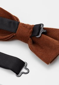 Only & Sons - ONSTBOX THEO BOW TIE HANKERCHIEF SET - Pocket square - cognac - 3