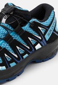 Salomon - XA PRO 3D UNISEX - Zapatillas de senderismo - ethereal blue/surf web/white - 5