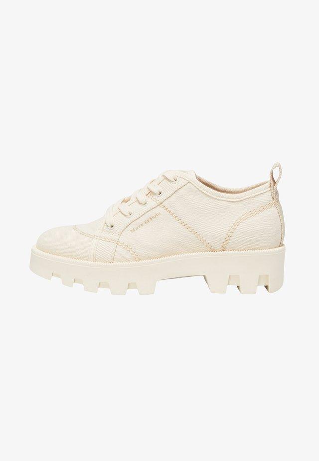 Sznurowane obuwie sportowe - raw