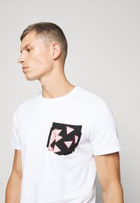 Guess - MULTITUDE TEE - T-shirt con stampa - blanc pur - 3