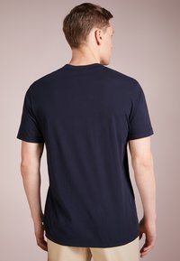 James Perse - V-NECK TEE - Jednoduché triko - deep