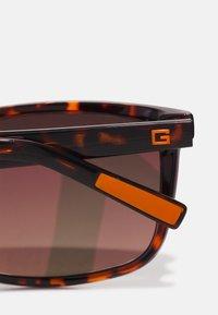 Guess - UNISEX - Sunglasses - braun - 3