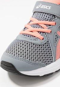 ASICS - JOLT 2 - Zapatillas de running neutras - sheet rock/sun coral - 5