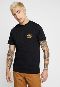 Vans - MN HOLDER STREET II - T-shirt med print - black/old gold - 2