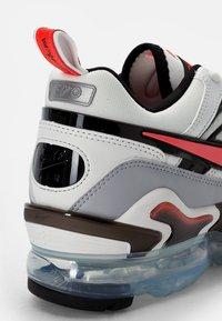 Nike Sportswear - AIR VAPORMAX - Trainers - summit white/crimson-black-reflect silver - 5