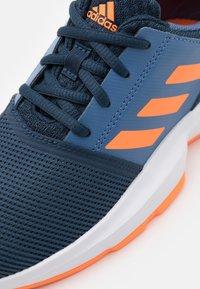 adidas Performance - COURTJAM XJ UNISEX - Zapatillas de tenis para todas las superficies - crew navy/orange/crew blue - 5