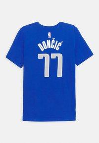 Nike Performance - NBA DALLAS MAVERICKS LUKA DONCIC JAMES BOYS ICON TEE - Klubové oblečení - game royal - 1