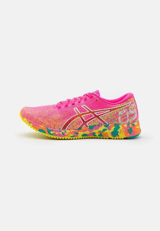 GEL-DS 26 NOOSA - Chaussures de running compétition - hot pink/sour yuzu