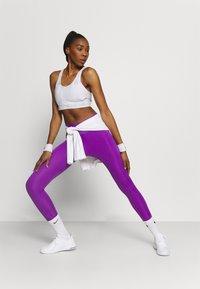 Nike Performance - Sujetadores deportivos con sujeción media - white/grey fog - 1