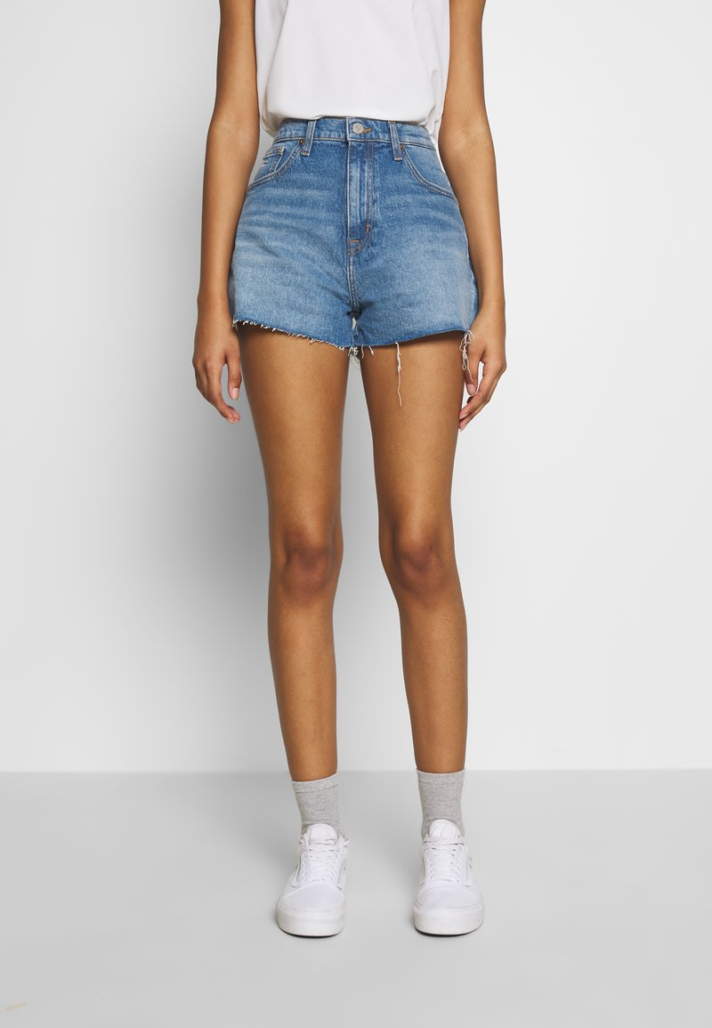Tommy Jeans - HOTPANTS - Farkkushortsit - blue Denim