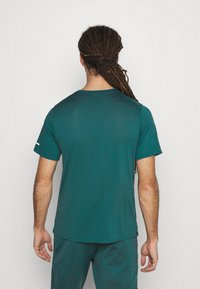 Nike Performance - RUNNING DIVISION MILER - Printtipaita - dark teal green - 2
