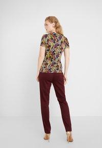Versace Collection - T-shirt imprimé - scaralatto-giallo - 2