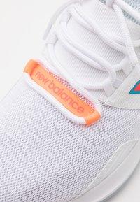 New Balance - ROAV - Neutral running shoes - white - 5