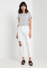 Calvin Klein Jeans - INSTITUTIONAL LOGO TEE - T-shirt med print - light grey heather - 1